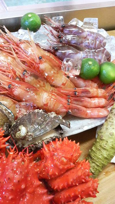 本日は ブドウ海老 牡丹海老 甘エビ 花咲蟹 天然岩蠣 真鯛 釣り鯵 釣りキンキ 鯨ベーコン 鱧 赤貝 がおすすめです!